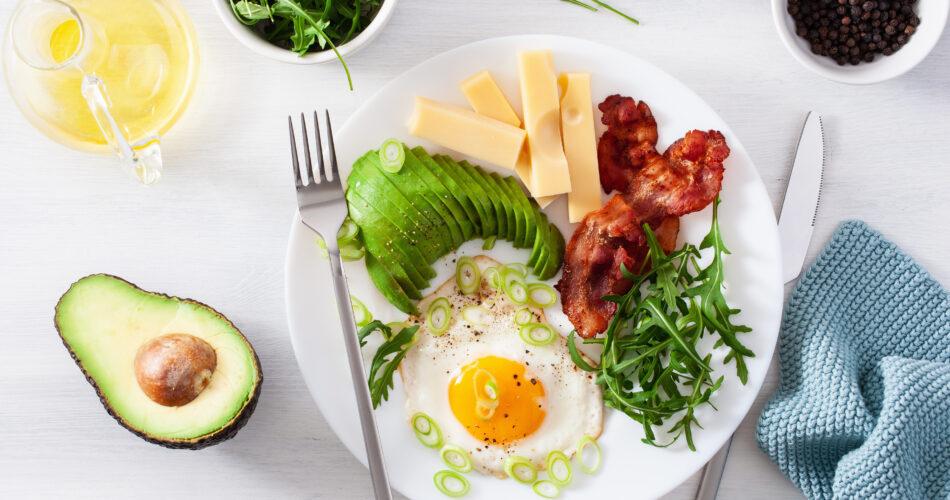 pequeno-almoço keto saudável: ovo, abacate, queijo, bacon