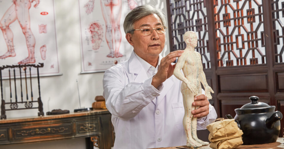 Stary lekarz tradycyjnej medycyny chińskiej model badania ludzkiego ciała punkt akupunktury
