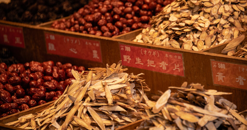 traditionelle chinesische getrocknete medizin im alten laden. chinesische übersetzung:name der chinesischen medizin